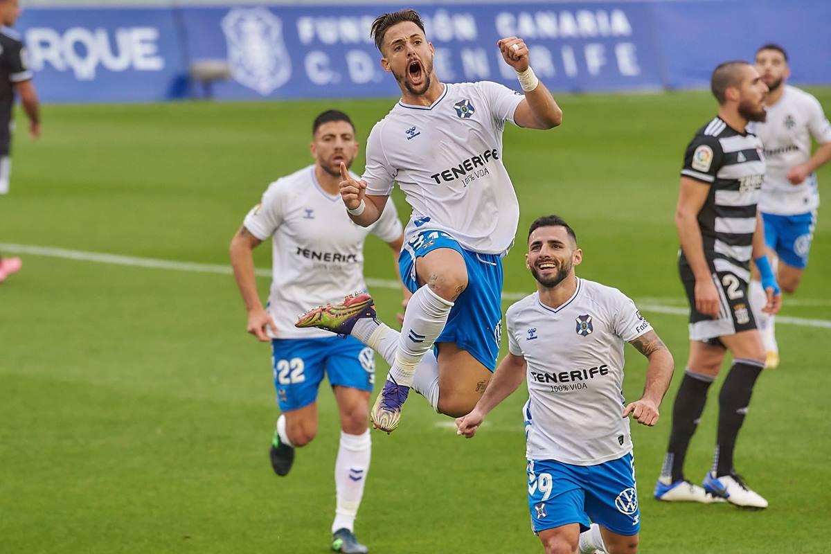 El delantero madrileño Fran Sol celebra uno de sus goles de ayer en el Heliodoro Rodríguez López.