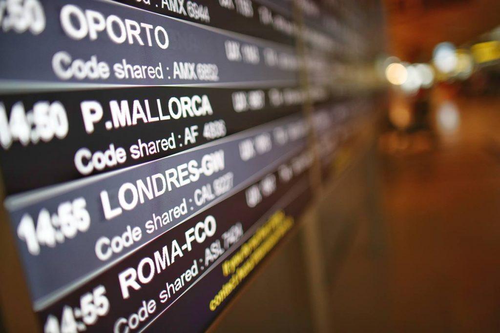 Un panel de vuelo en la terminal T4 del Aeropuerto Adolfo Suárez Madrid-Barajas. EP