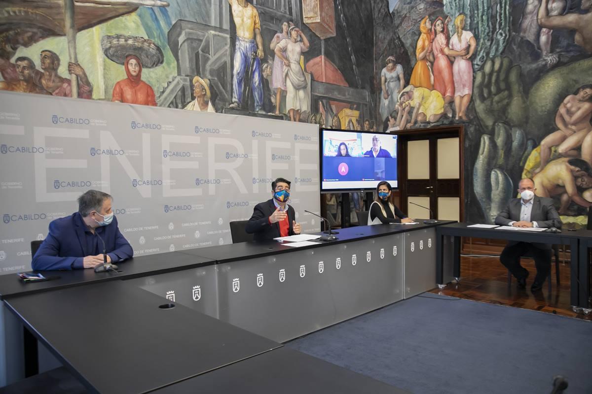 El presidente del Cabildo de Tenerife, Pedro Martín (c), en una reunión con representantes de gimnasios y centros deportivos de la isla. EP
