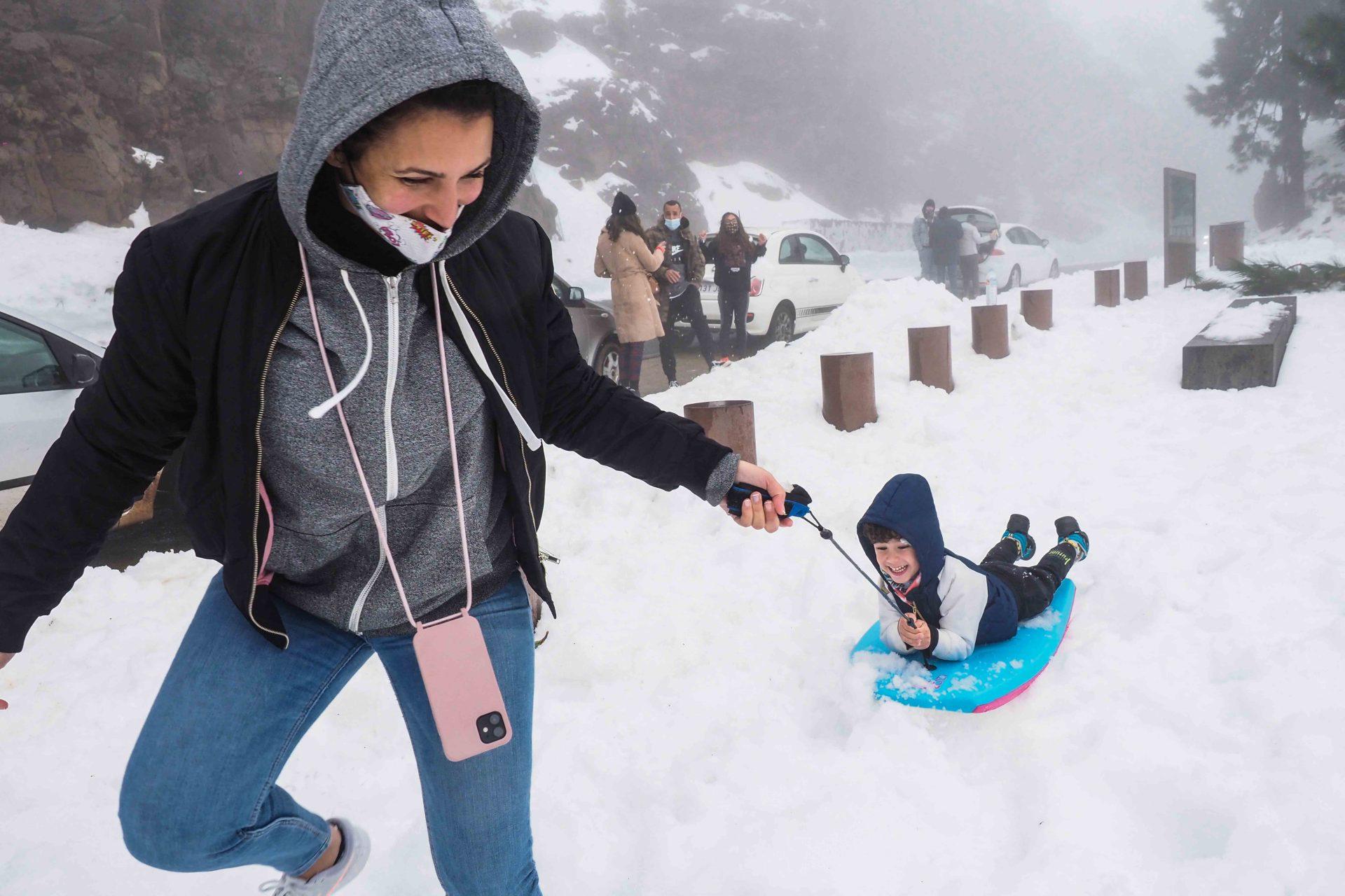 El pequeño Lucas, de cuatro añitos, tuvo ayer su bautismo de nieve y fue capaz de 'surfear' con su tabla en las faldas del Teide sin apenas despeinarse. Sergio Méndez