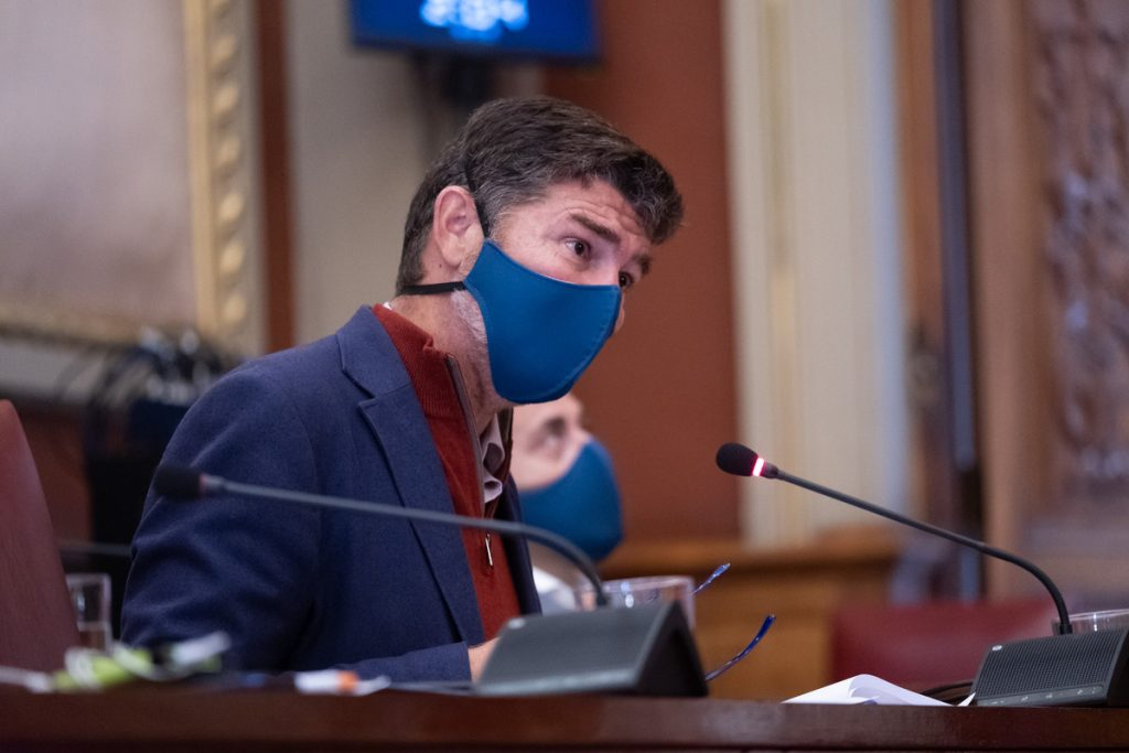 Guillermo Díaz Guerra, ayer, durante la comisión de control. / Fran Pallero
