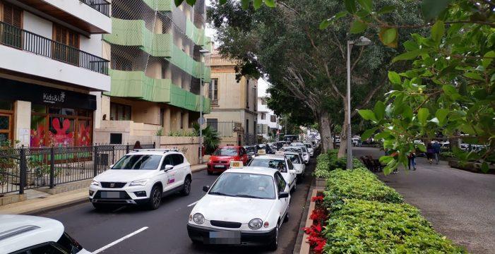 Los taxistas colapsan la Rambla de Santa Cruz con su protesta