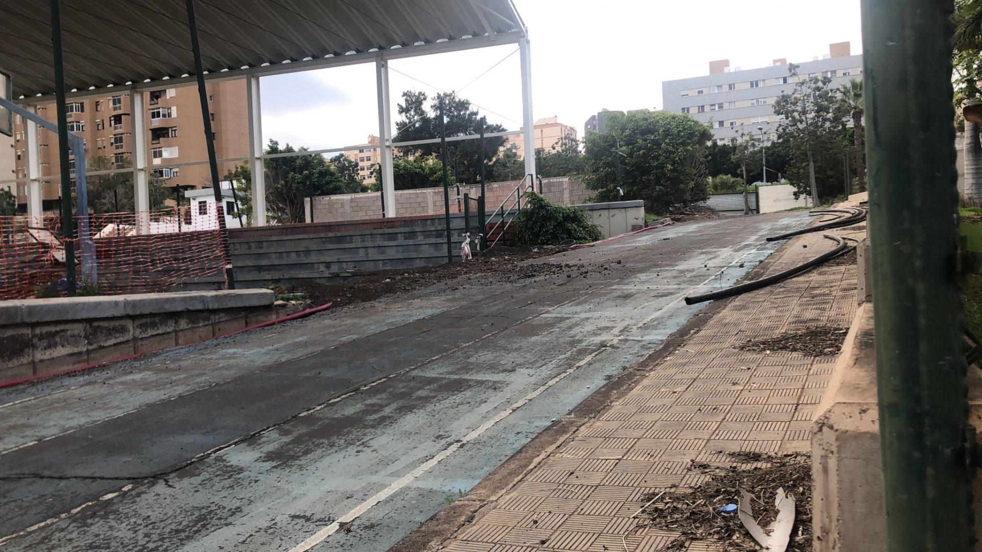 Abandono y suciedad en una obra inacabada: así está el polideportivo de Las Delicias