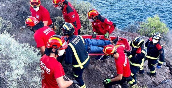 Rescatan a un pescador que cae rodando cinco metros ladera abajo en Santiago del Teide
