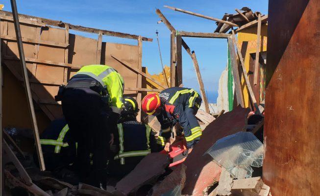 Los Bomberos rescatan en Icod a un hombre al que se le derrumbó el techo de la casa