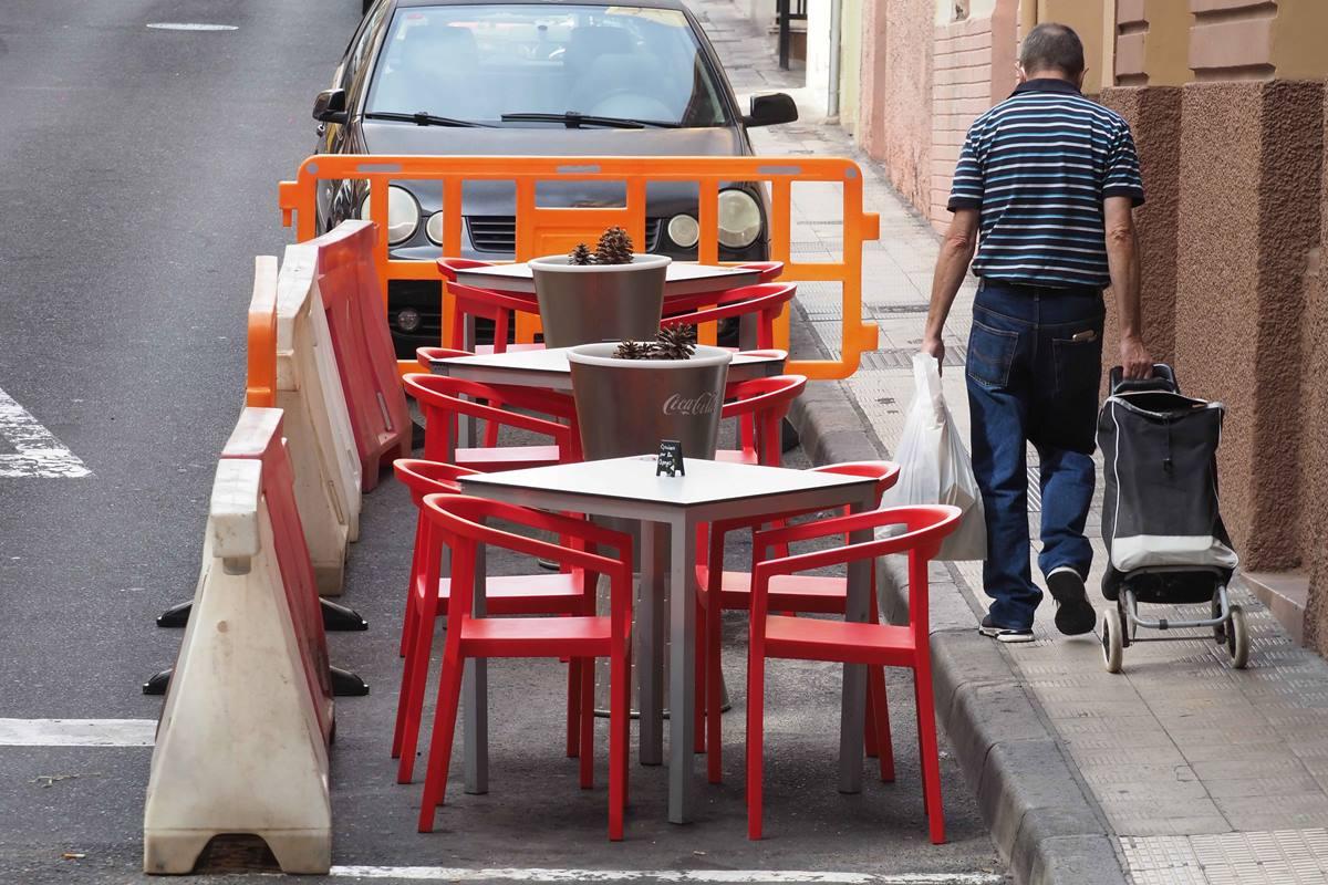 Los bares y restaurantes llevan cerca de un mes con reducción de aforo, sin poder atender en barra y solo con mesas en terrazas. Sergio Méndez