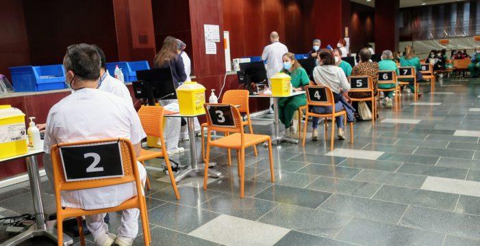 Las Islas se aferran a la vacunación para paliar los efectos de la tercera ola