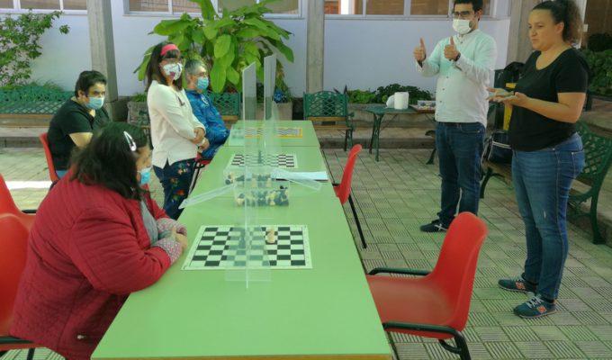 El monitor autonómico de ajedrez Felipe Ramos, impartiendo una clase con la ayuda de una intérprete de lengua de signos perteneciente a Funcasor. DA
