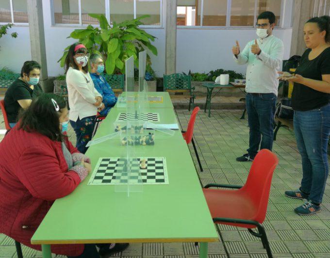 Un centro de discapacidad en La Palma enseña ajedrez en lengua signada