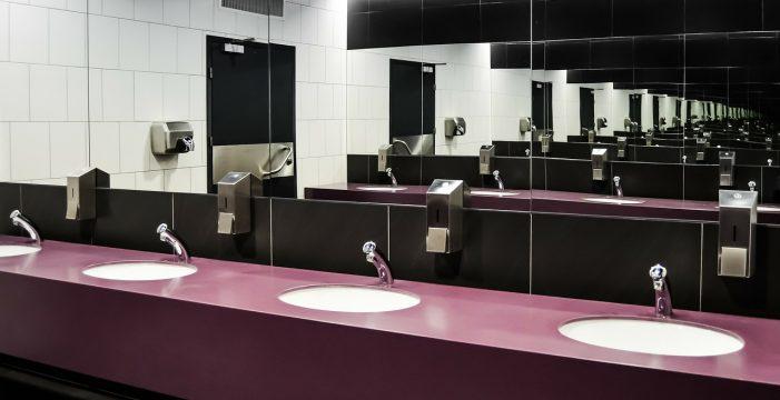 Una empresa multa a sus empleados por ir al baño más de una vez al día