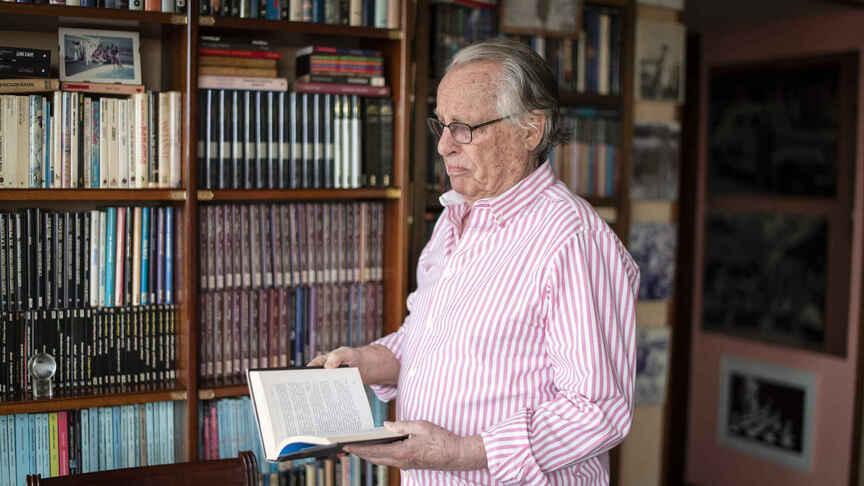 Con sus libros. / CARMEN SUÁREZ (EL ESPAÑOL)