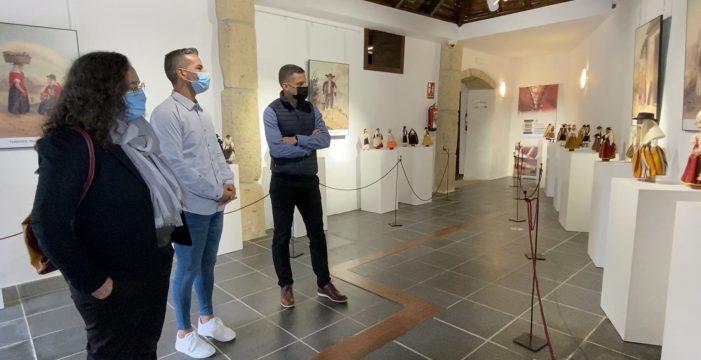 'Trajeando Muñec@s' y la obra de Alfred Diston protagonizan una exposición en Arona