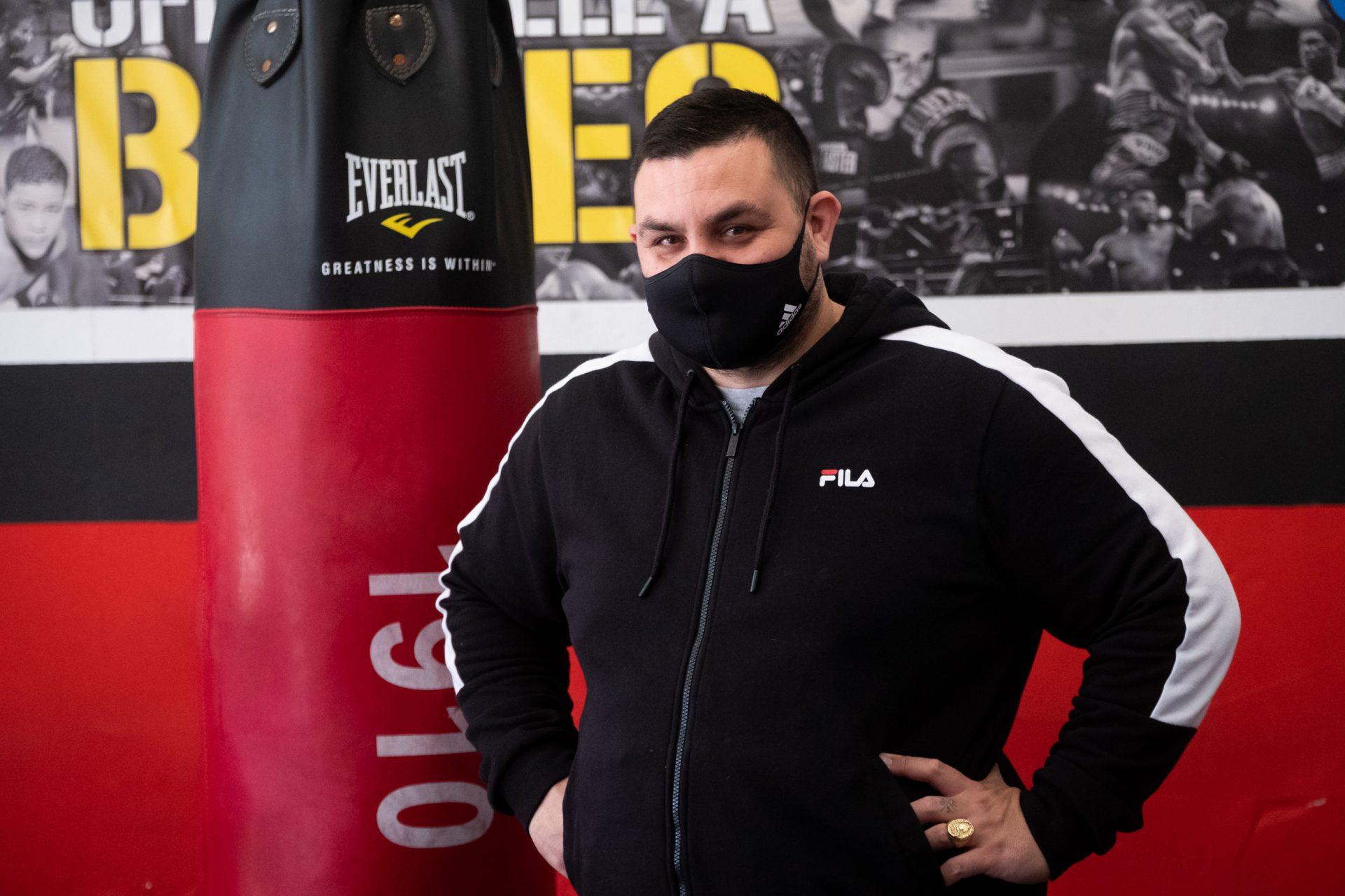 Yeray Silvera, vecino de El Cigüeñal y amante del boxeo, decidió hace ocho años abrir un local para enseñar este deporte en el barrio. Fran Pallero