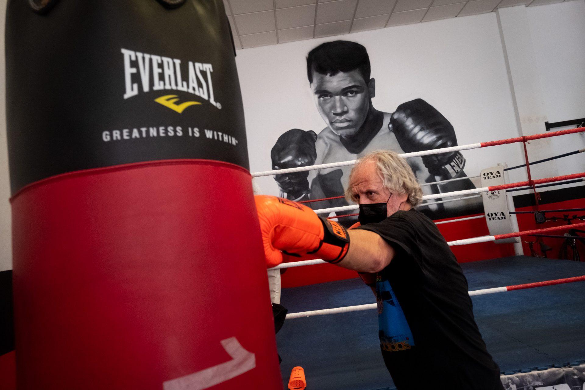 Carlos Ordaz, de 73 años, lleva con orgullo ser el veterano de la Escuela y defiende los múltiples beneficios de golpear el saco. Fran Pallero
