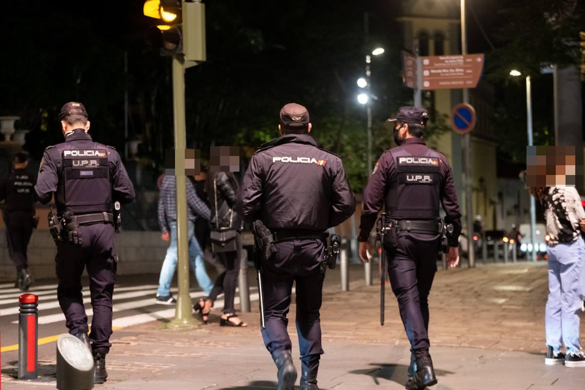 Agentes de la Policía Nacional en Santa Cruz. Fran Pallero