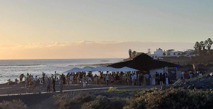 La policía de Adeje no da abasto: gente bailando en chiringuitos y botellón en la playa