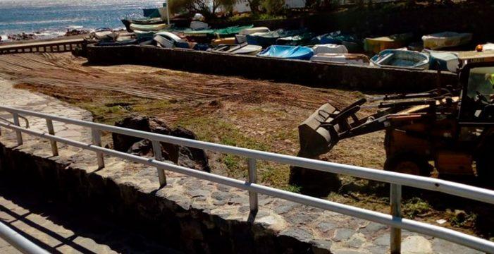 Arico finaliza la limpieza de la mareta y la playa de El Porís tras la rotura de una tubería de Baltén