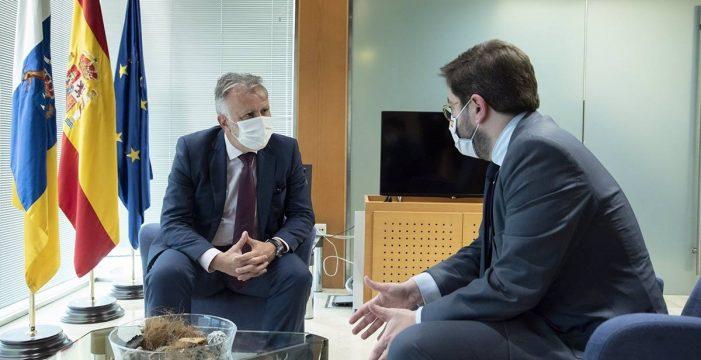 Torres analiza los fondos europeos y el certificado sanitario con el secretario de Estado de España Global, Manuel Muñiz