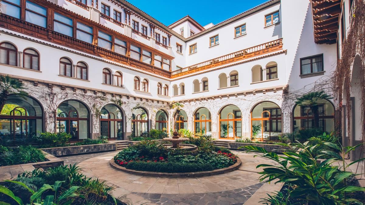 Patio central del hotel Mencey, emblema de la capital tinerfeña, cuya próxima reapertura al público acerca la vuelta a la normalidad de Santa Cruz. Foto: Sergio Méndez
