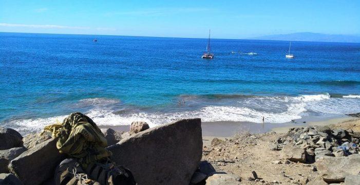 Medio Ambiente desaloja a 50 personas que acampaban en la playa de La Caleta
