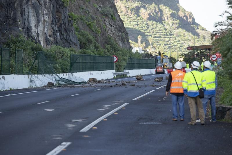 Los operarios supervisan la caída de grandes piedras del talud ubicado en el punto kilométrico 43,6 de la TF-5 en sentido Santa Cruz. DA