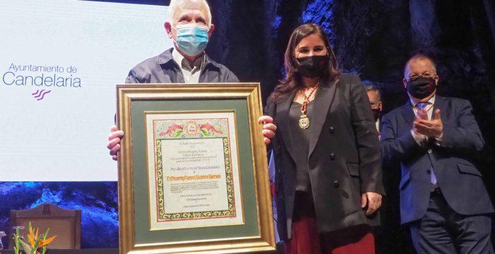 Manolo Ramos recibe el título de Hijo Adoptivo y el encargo del himno de Candelaria