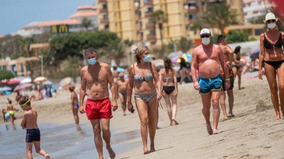 Una nueva ley, que hoy será revisada, obliga al uso de la mascarilla incluso para tomar sol