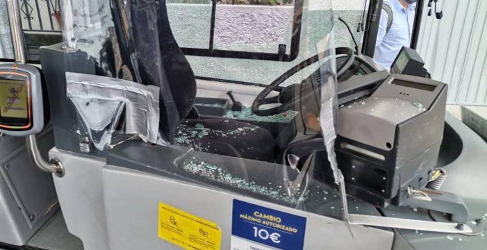 """Revienta el cristal de una guagua tras decirle el conductor """"que no podía subir sin mascarilla"""""""