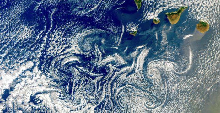 Espectacular imagen de varios remolinos de nubes cercando Canarias