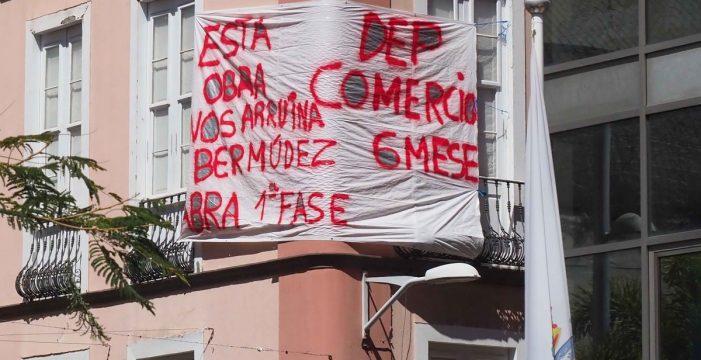 Comerciantes y vecinos de Imeldo Serís, en Santa Cruz, protestan contra el retraso de las obras