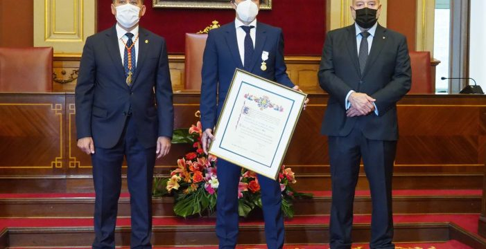 Felipe Miñambres recibe la Medalla al Mérito Deportivo de Santa Cruz
