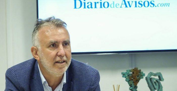 Torres garantiza que el 70% de los canarios estará vacunado en verano pese a la limitación de AstraZeneca