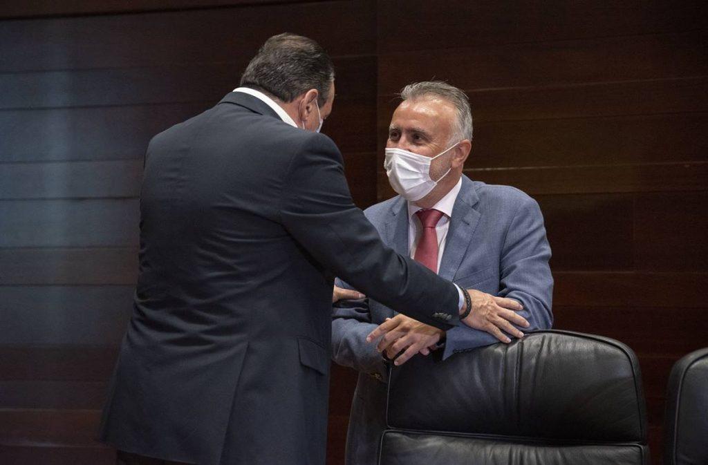 El presidente del Gobierno de Canarias, Ángel Víctor Torres, conversa con el consejero de Sanidad, Blas Trujillo. DA