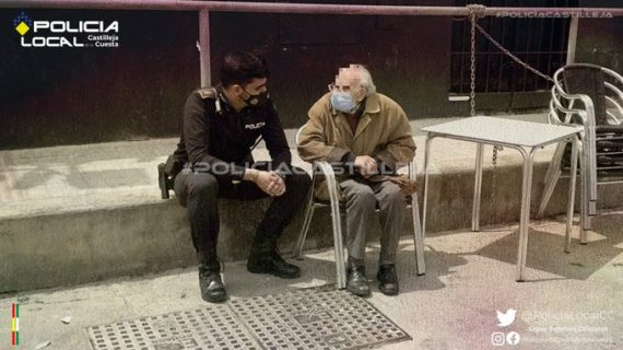 El aplaudido detalle de un agente con un anciano enfermo de Alzheimer