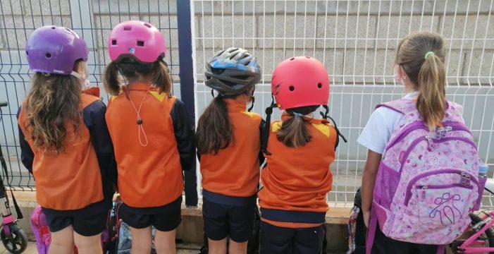 Envían a sus hijos con cascos al colegio por el estado de la fachada