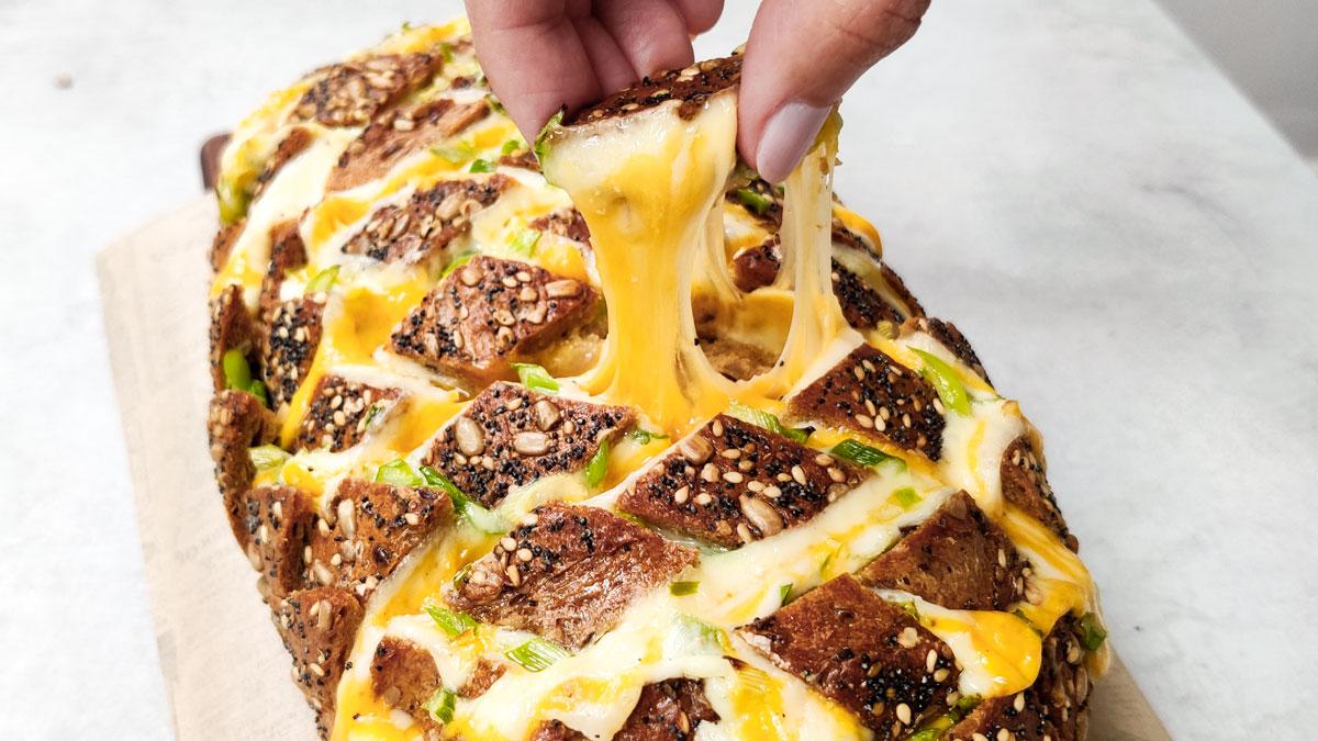 Pan relleno de queso, mantequilla derretida y cebolleta canaria