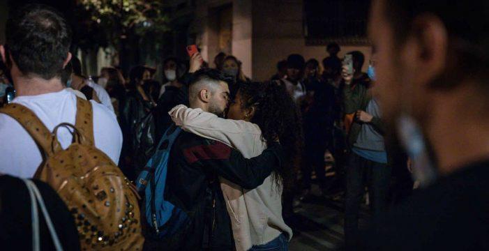 Miles de personas llenan las calles españolas tras el fin del estado de alarma