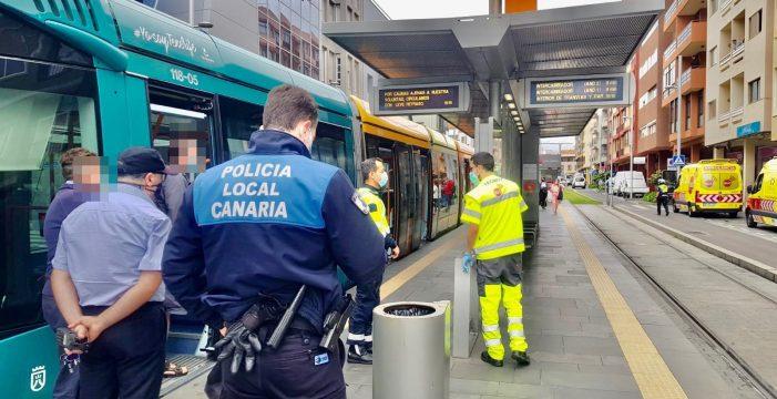 Heridas cuatro personas por una caída en el interior del tranvía