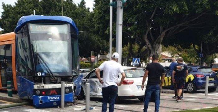 Un aparatoso accidente provoca la suspensión del servicio del tranvía