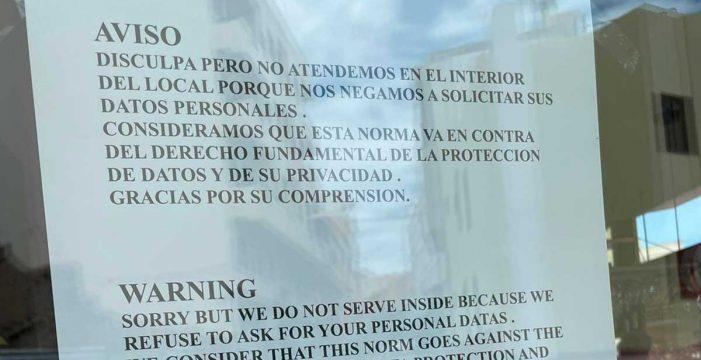 """""""Nos negamos a solicitar datos personales"""": carteles en bares y restaurantes tinerfeños contra el registro de clientes"""