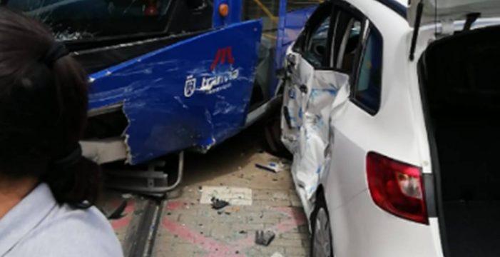 Cinco heridos en el aparatoso accidente entre un coche y el tranvía