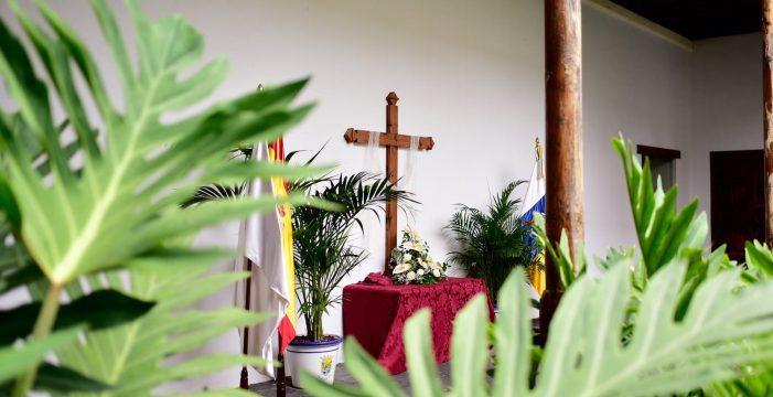El viejo convento recupera su cruz