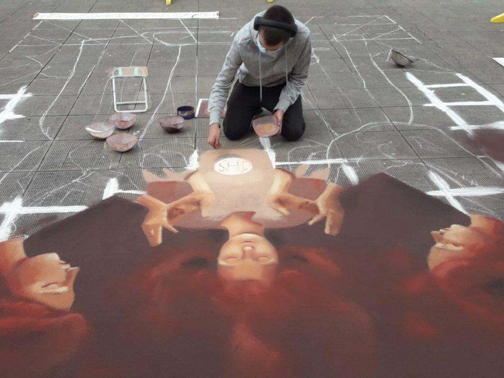 Con tan solo 20 años, Alejandro Hernández Pérez realiza por segundo año la alfombra del Corpus de la plaza de San Juan, en la Villa de Arriba. DA