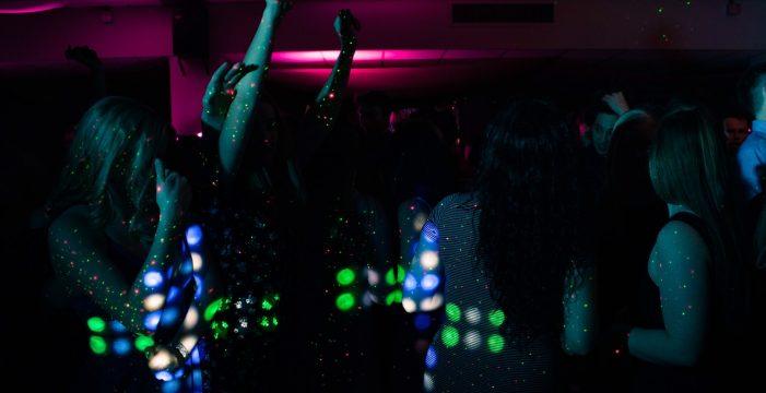 """Sin mascarilla ni aforo y reapertura de discotecas en Reino Unido: el Gobierno pide """"precaución"""""""