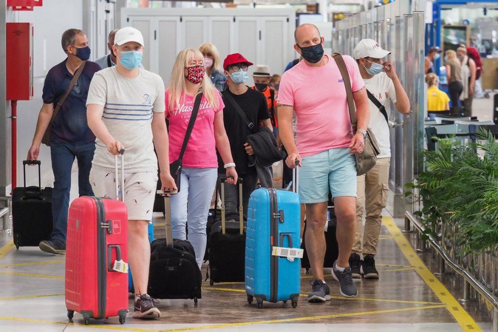 """El """"día de la libertad"""" trajo al Archipiélago a los primeros turistas británicos de la pandemia. En la imagen, un grupo, ayer, en la terminal del aeropuerto Tenerife Sur. Sergio Méndez"""