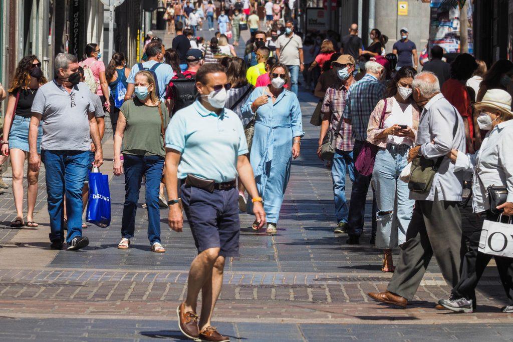 Varias personas caminan por la Calle El Castillo, en Santa Cruz (imagen de archivo). SERGIO MÉNDEZ