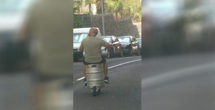 """""""¿Esto es en serio?"""": Conduce subido a un barril de cerveza en pleno centro de Santa Cruz"""