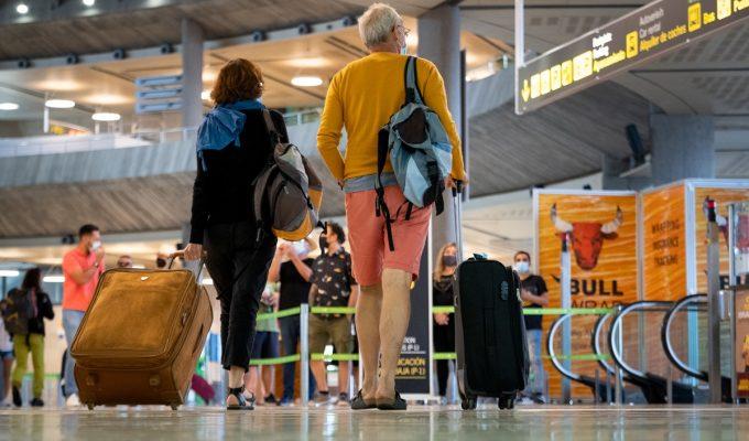 Imagen de pasajeros en el Aeropuerto de Tenerife Sur. | Fran Pallero